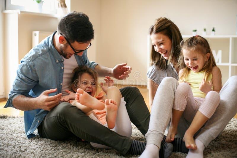 Rozochocona rodzina z dwa dzieckiem wydaje czas w domu fotografia royalty free