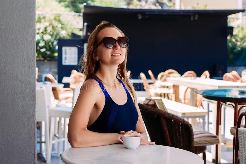 Rozochocona stara kobieta z mokrym włosianym obsiadaniem przy stołem w lato hotelowym barze obrazy royalty free