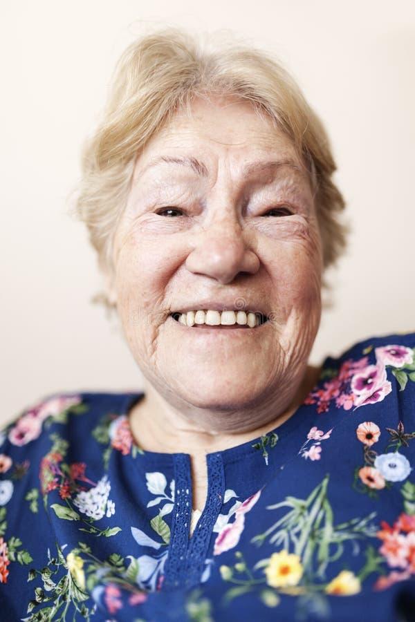 rozochocona starsza kobieta obraz stock