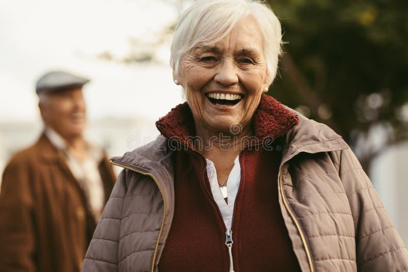 Rozochocona starsza kobieta outdoors na zima dniu zdjęcie royalty free