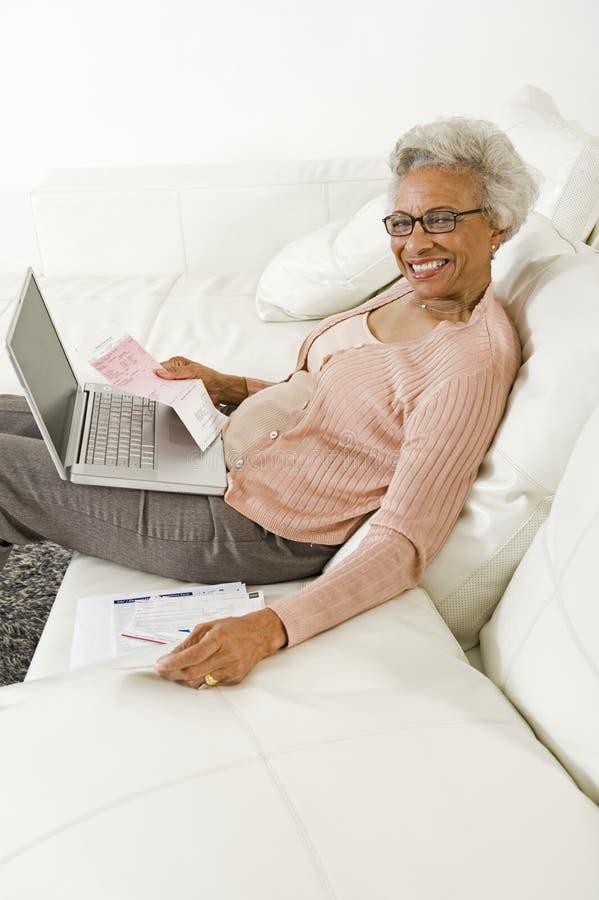 Rozochocona Starsza kobieta Używa laptop W Domu zdjęcie stock