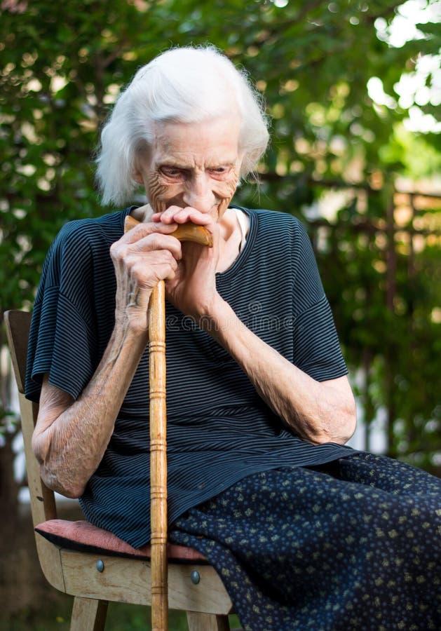 Rozochocona starsza kobieta z chodzącą trzciną obraz royalty free