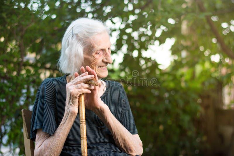 Rozochocona starsza kobieta z chodzącą trzciną zdjęcie stock