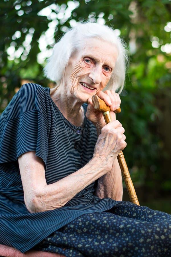 Rozochocona starsza kobieta z chodzącą trzciną obrazy stock