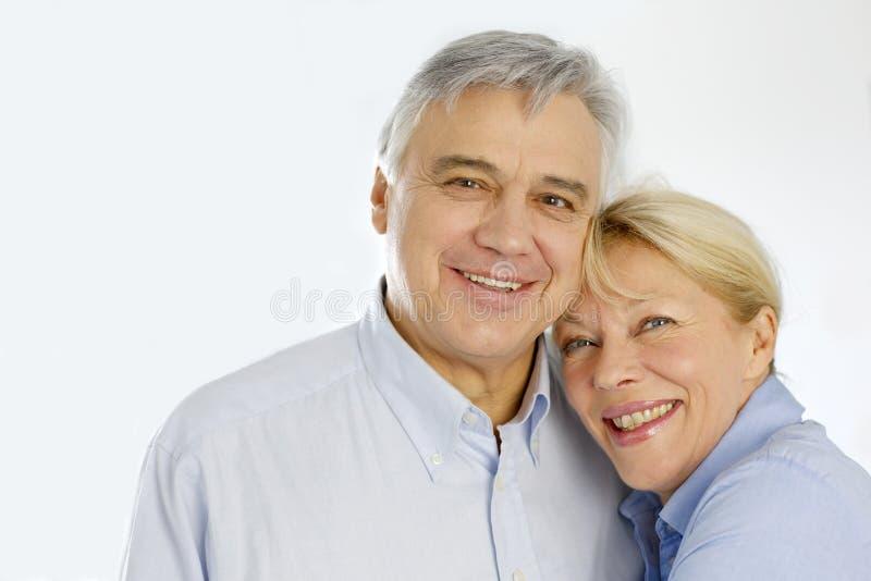 Rozochocona starsza para odizolowywająca zdjęcie royalty free