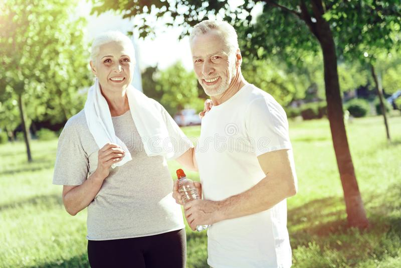 Rozochocona starzejąca się para wydaje popołudnie wpólnie zdjęcie royalty free