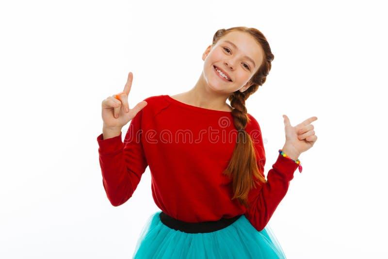 Rozochocona szczęśliwa ładna dziewczyna doświadcza pozytywne emocje obrazy stock
