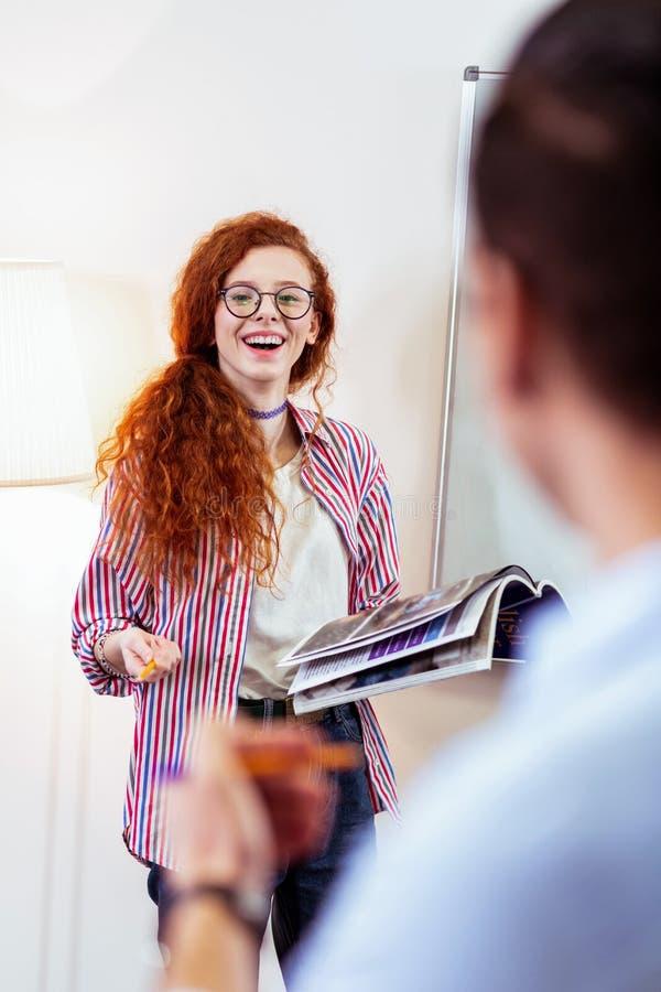Rozochocona szczęśliwa kobieta ono uśmiecha się jej ucznie fotografia royalty free