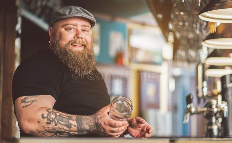 Rozochocona tatuująca barman pozycja z uśmiechem obrazy royalty free