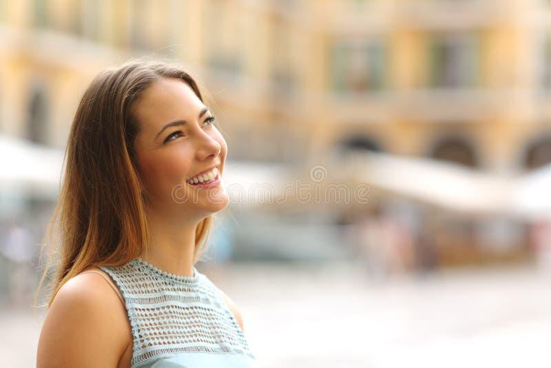 Rozochocona turystyczna kobieta patrzeje stronę w turystycznym miejscu fotografia royalty free