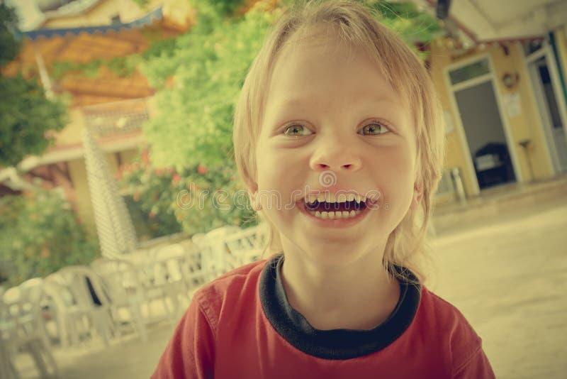 Rozochocona uśmiechnięta chłopiec zdjęcie royalty free