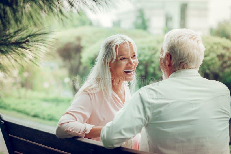 Rozochocona zadowolona kobieta śmia się z jej mężem obrazy royalty free