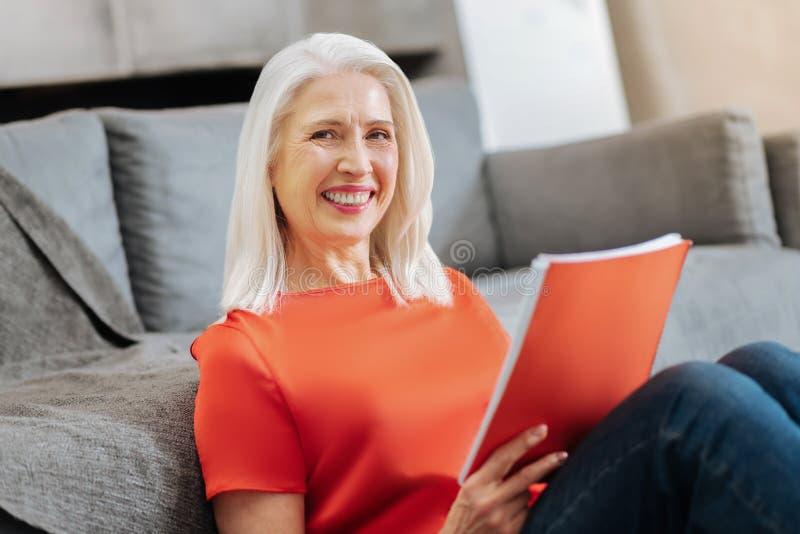Rozochocona zadowolona kobieta jest w pozytywnym nastroju zdjęcie stock
