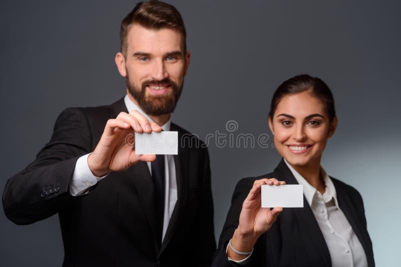 Rozochocone businesspartners przedstawienia wizyty karty zdjęcie stock