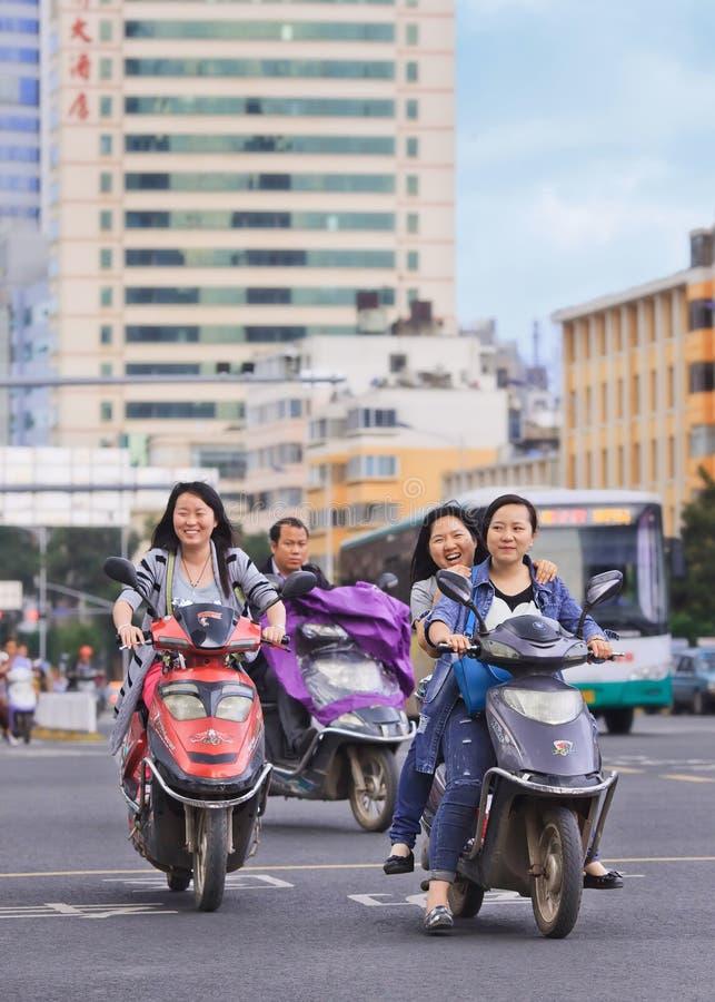 Rozochocone Chińskie dziewczyny na rowerach, Kunming, Chiny obraz stock