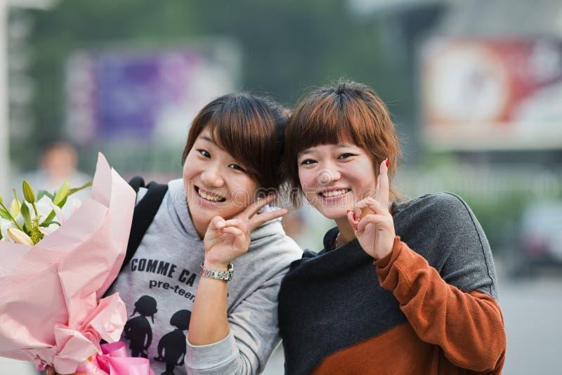 Rozochocone Chińskie dziewczyny z kwiatami, Guangzhou, Chiny zdjęcie royalty free