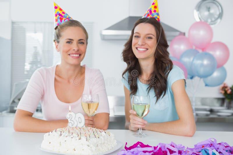 Rozochocone kobiety pije białego wino i świętuje urodziny zdjęcie royalty free