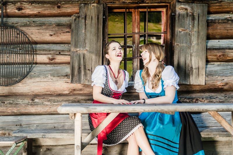 Rozochocone kobiety w Dirndl zdjęcie royalty free