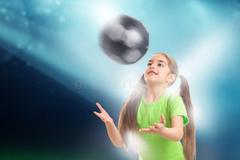 Rozochocone małych dziewczynek sztuki z piłki nożnej piłką obraz stock