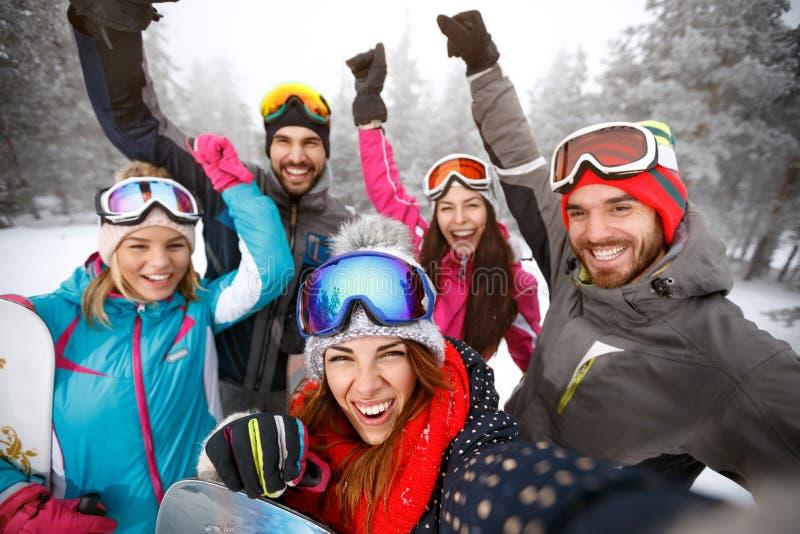 Rozochocone narciarki na narciarstwie wpólnie zdjęcie stock