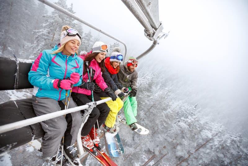 Rozochocone narciarki w narciarskim dźwignięciu obrazy royalty free