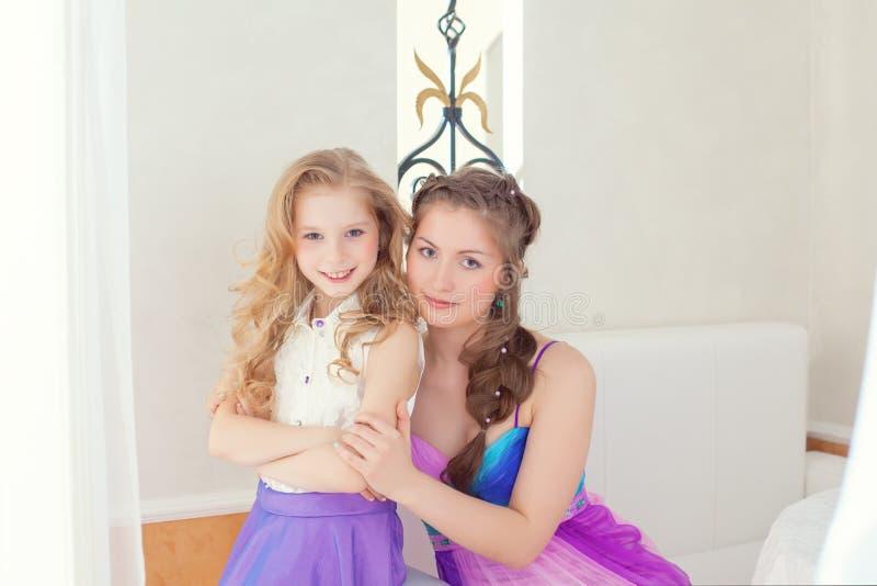 Rozochocone piękne siostry patrzeje kamerę zdjęcia royalty free