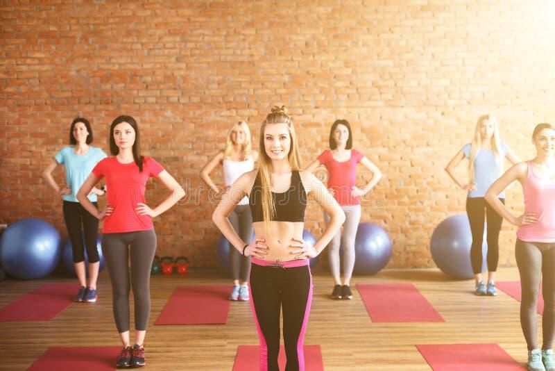 Rozochocone sporty dziewczyny ćwiczą z radością zdjęcia stock
