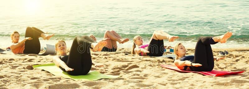 Rozochocone sporty kobiety ćwiczy joga pozycje obraz stock