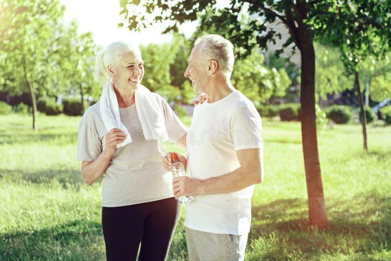 Rozochocone starsze osoby dobierają się śmiać się w parku obrazy royalty free
