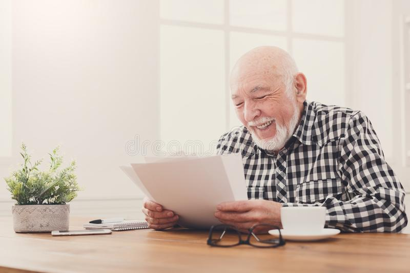 Rozochocone starszego mężczyzna przyglądające fotografie, kopii przestrzeń zdjęcia royalty free