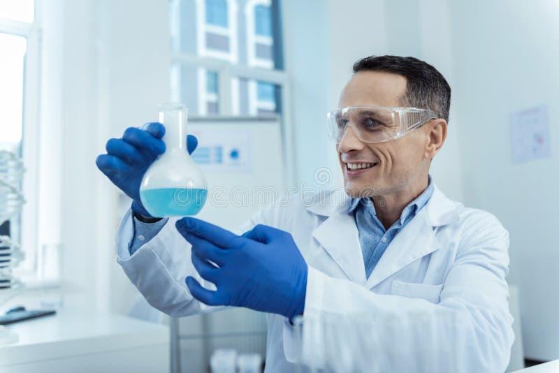 Rozochocony badacz trzyma lab kolbiasty zdjęcie royalty free
