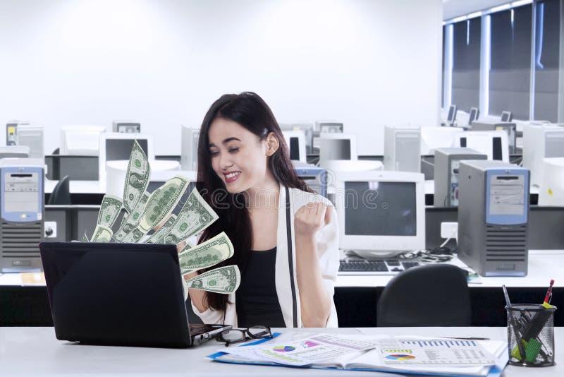 Rozochocony biznesmen dostaje przyrostowego dochód zdjęcia royalty free