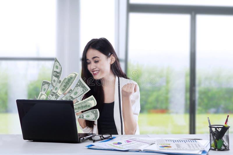 Rozochocony biznesmen dostaje przyrostowego dochód 1 zdjęcie stock