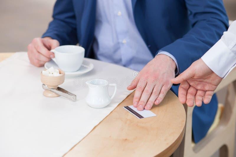 Rozochocony biznesmen płaci dla jego gościa restauracji zdjęcie royalty free
