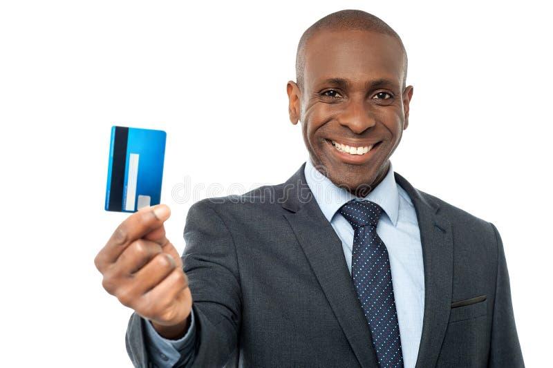 Rozochocony biznesmen trzyma kredytową kartę obraz stock