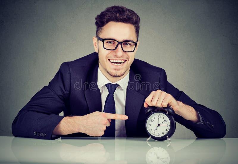 Rozochocony biznesowego mężczyzna dyrekcyjny rozkład zajęć obrazy stock