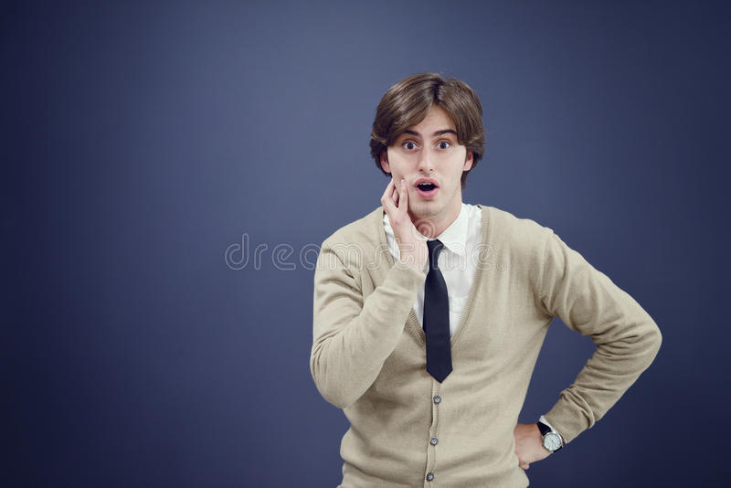 Rozochocony biznesowy mężczyzna z rękami podnosić w sukcesie odizolowywającym na białym tle obraz stock