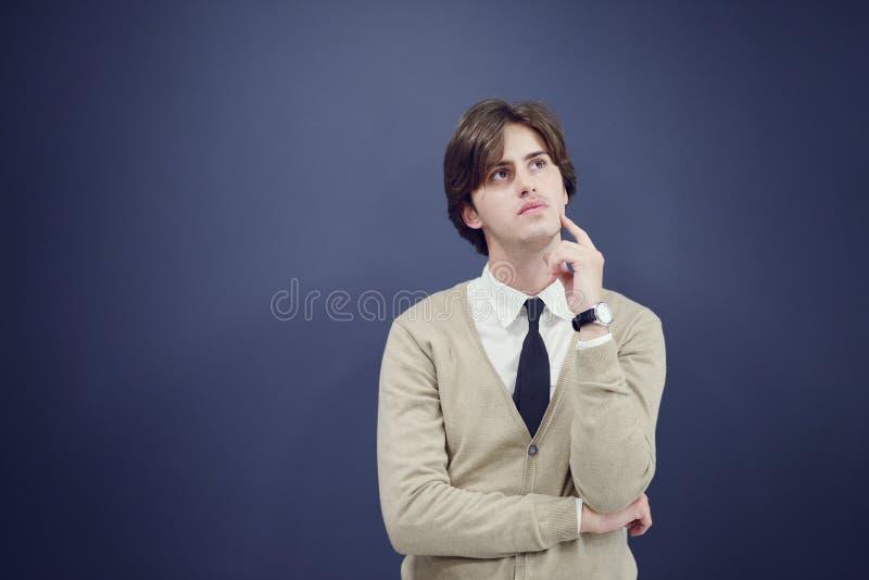 Rozochocony biznesowy mężczyzna z rękami podnosić w sukcesie odizolowywającym na białym tle obraz royalty free
