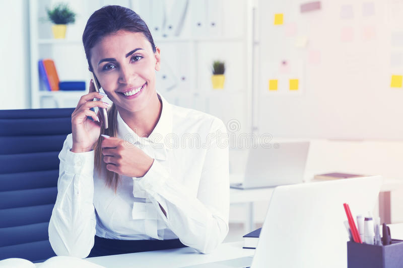 Rozochocony bizneswoman na telefonie, stonowanym fotografia stock
