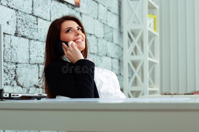 Rozochocony bizneswoman opowiada na telefonie obraz stock