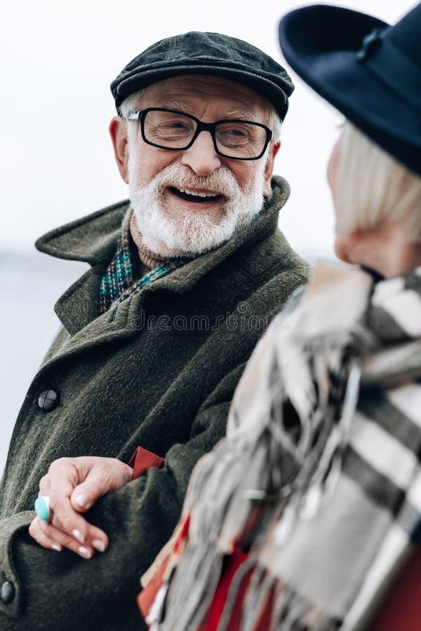Rozochocony brodaty mężczyzna wydaje czas z przyjemnością obrazy royalty free