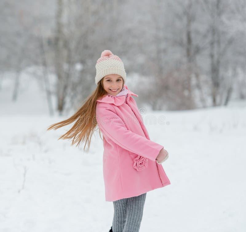 Rozochocony dzieciak ma zabawę w zima lesie fotografia stock