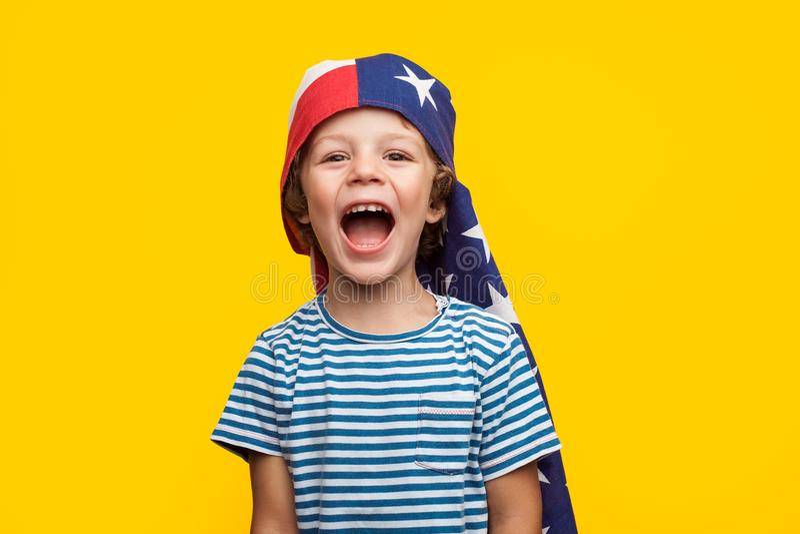 Rozochocony dzieciak z flaga na głowie zdjęcie royalty free