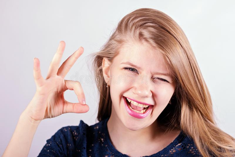 rozochocony dziewczyny ono uśmiecha się obrazy royalty free
