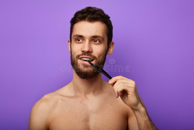 Rozochocony facet cieszy się szczotkujący ząb zdjęcie stock