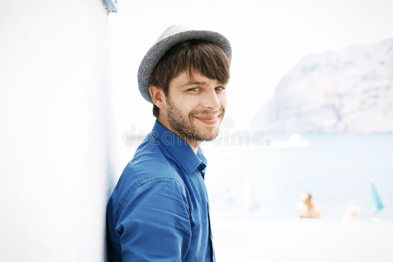 Rozochocony i przystojny facet z modnym kapeluszem zdjęcie royalty free