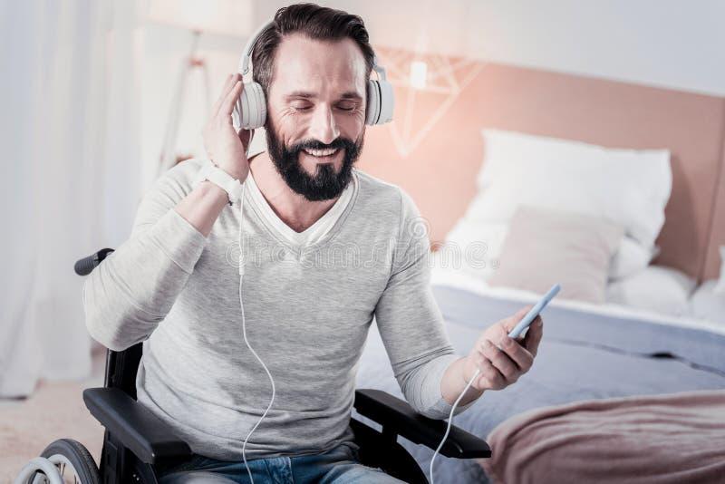 Rozochocony kaleki mężczyzna słucha muzyka obrazy royalty free