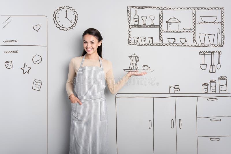Rozochocony kobiety główkowanie zostać kelnerką i trzymać kawę obrazy stock