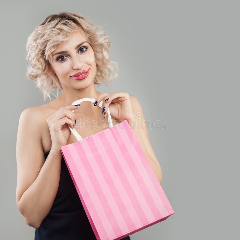 Rozochocony kobiety mienia torba na zakupy fotografia stock