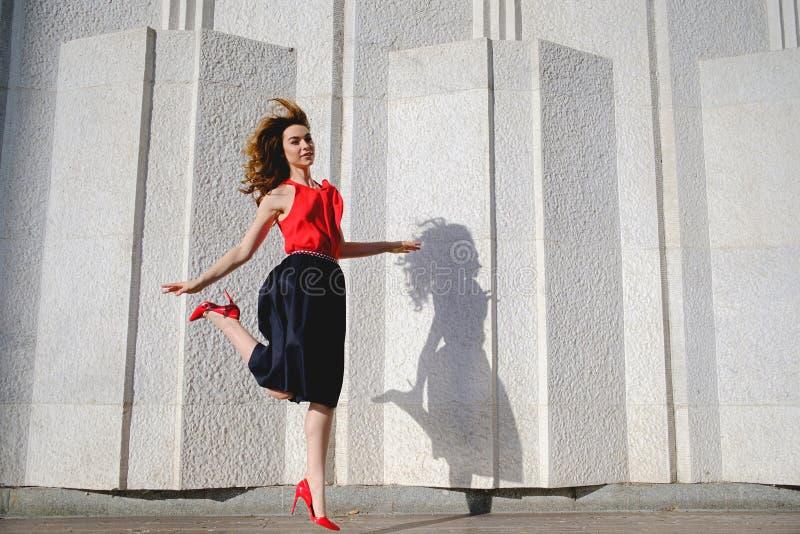 Rozochocony kobiety skakać szczęśliwy fotografia royalty free